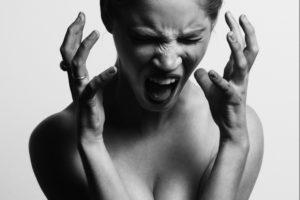 femme souffrant de douleurs et maux de tête